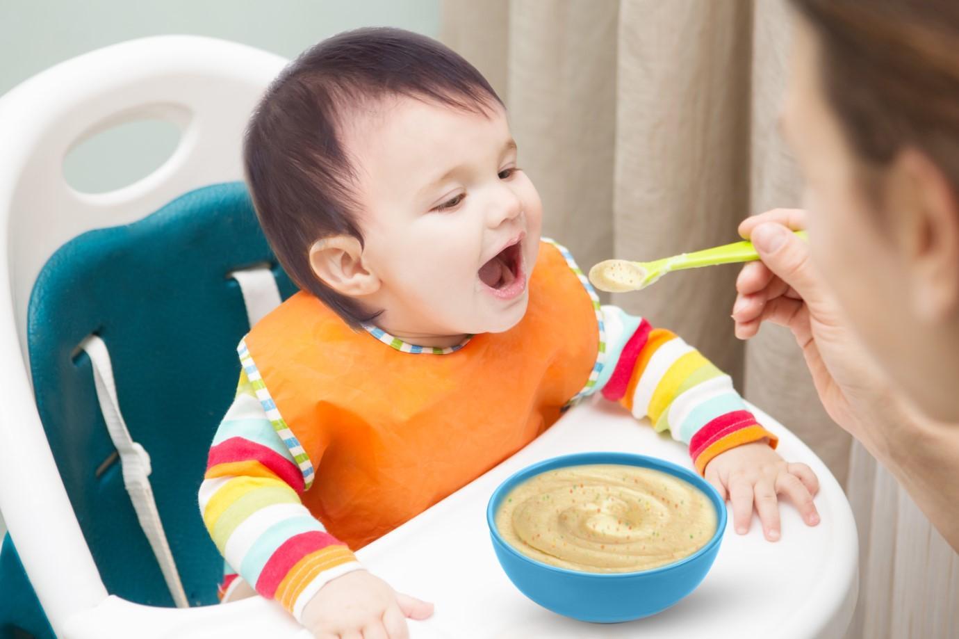 4 tháng cho bé ăn dặm được không?