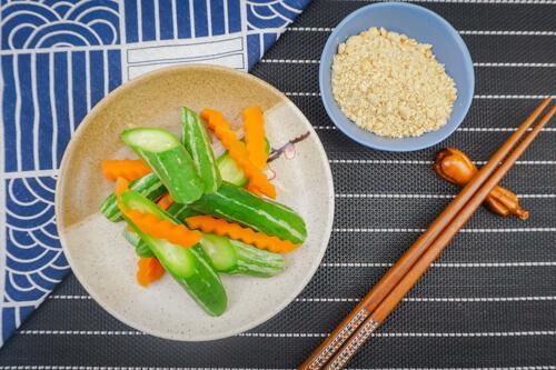 Lặc lè cà rốt luộc chấm muối vừng